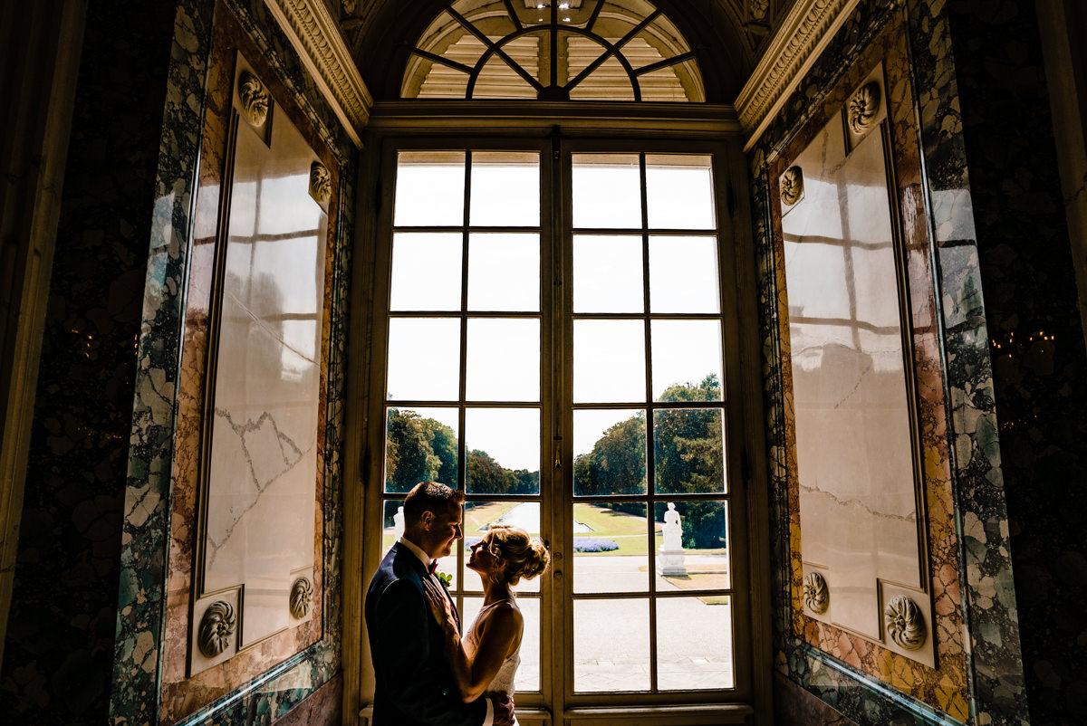 Elegantes Brautpaarshooting auf Schloss Benrath mit Hochzeitsfotograf Duesseldorf-3