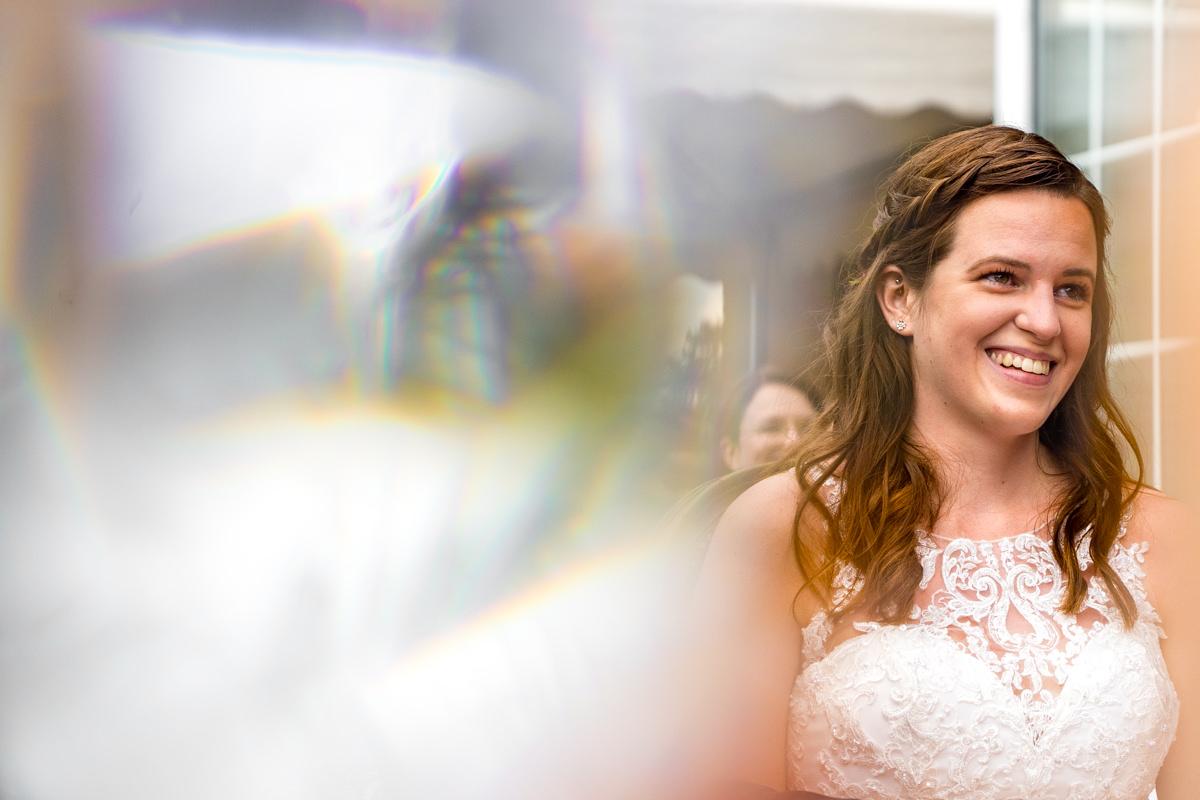 Glueckliche Braut bei freier Trauung Haus Deichgraf Duesseldorf mit Hochzeitsfotograf Duesseldorf