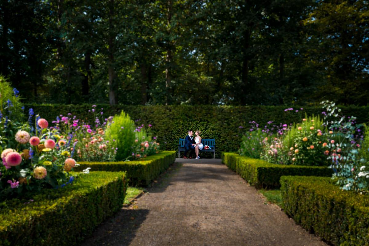 Grossartige Brautpaarfotos auf Schloss Benrath mit Hochzeitsfotograf Duesseldorf