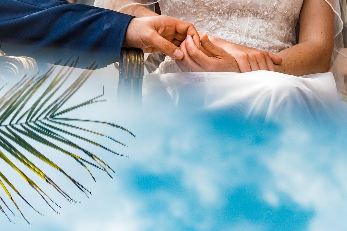 Haende Brautpaar bei freier Trauung Haus Deichgraf Duesseldorf mit Hochzeitsfotograf Duesseldorf