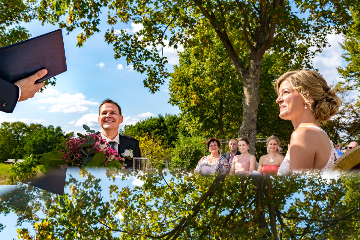 Hochzeitsfotos ohne Kitsch bei Trauung im Freien im Deichgraf Duesseldorf und Bester Hochzeitsfotograf Duesseldorf-2