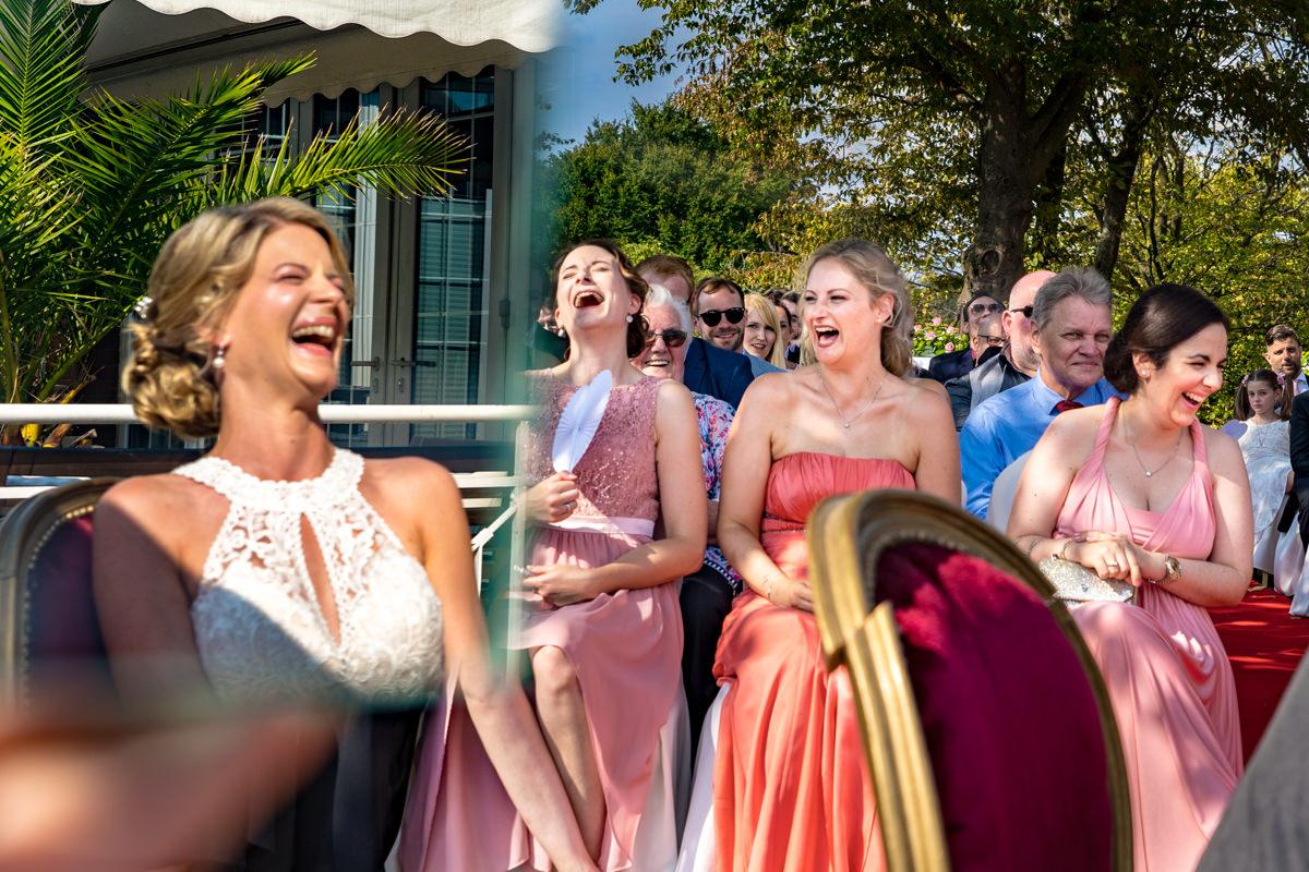 Hochzeitsfotos ohne Kitsch bei Trauung im Freien im Deichgraf Duesseldorf und Bester Hochzeitsfotograf Duesseldorf
