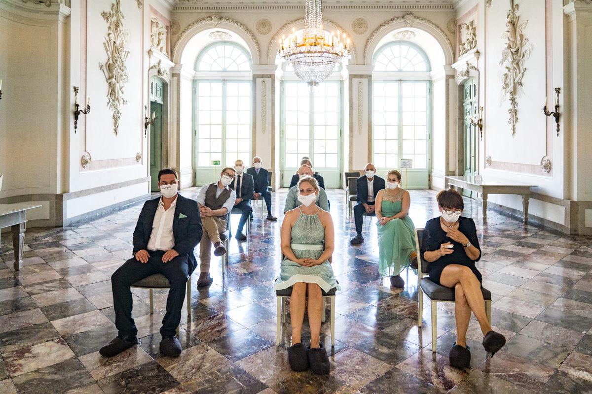 Hochzeitsgaeste auf Trauung Schloss Benrath mit bester Hochzeitsfotografin Duesseldorf-2