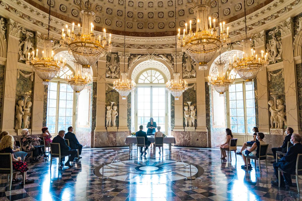 Hochzeitsgaeste auf Trauung Schloss Benrath mit bester Hochzeitsfotografin Duesseldorf-3