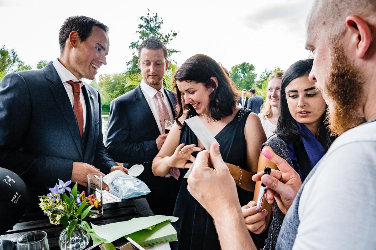Hochzeitsgaeste bei Hochzeitsspiel bei Hochzeit Deichgraf Duesseldorf mit beste Hochzeitsfotograf Duesseldorf