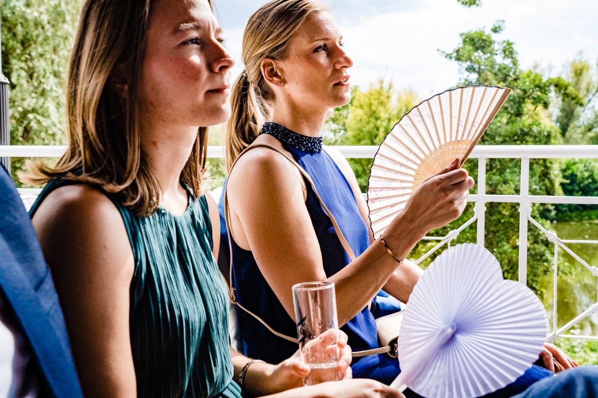 Hochzeitsgaeste bei freier Trauung Haus Deichgraf Duesseldorf