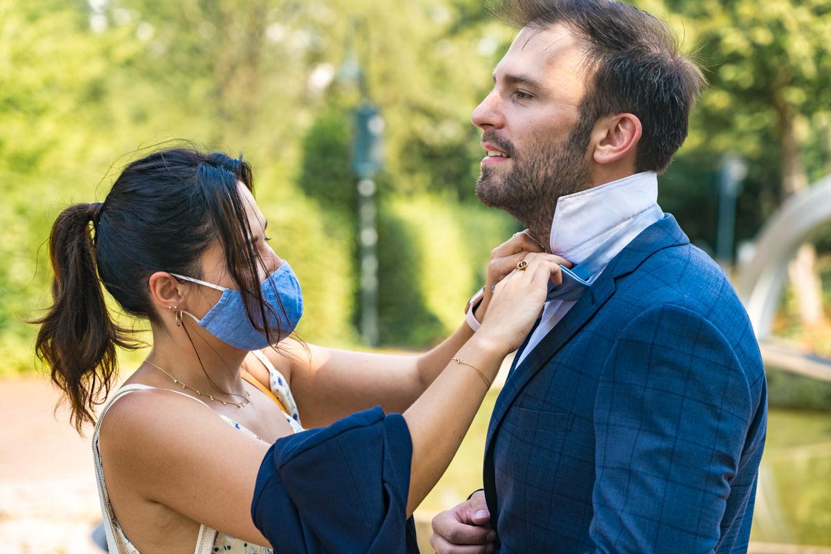 Hochzeitsgaeste mit Maske Natuerliche Hochzeitsfotos Duesseldorf
