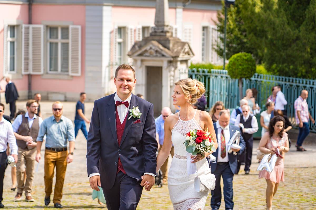 Hochzeitspaar auf dem Weg zur Trauung Schloss Benrath