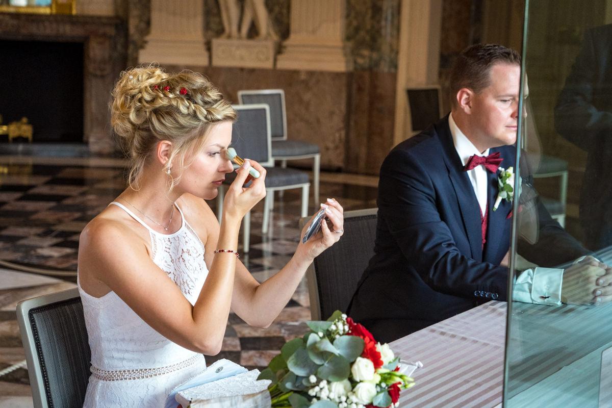 Hochzeitspaar im Trausaal Schloss Benrath mit Hochzeitsfotograf Duesseldorf