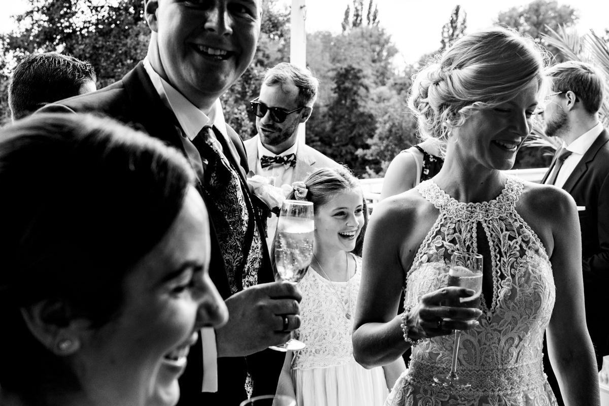 Hochzeitsreportage ohne Kitsch bei Hochzeit Deichgraf Duesseldorf mit Hochzeitsfotograf Duesseldorf