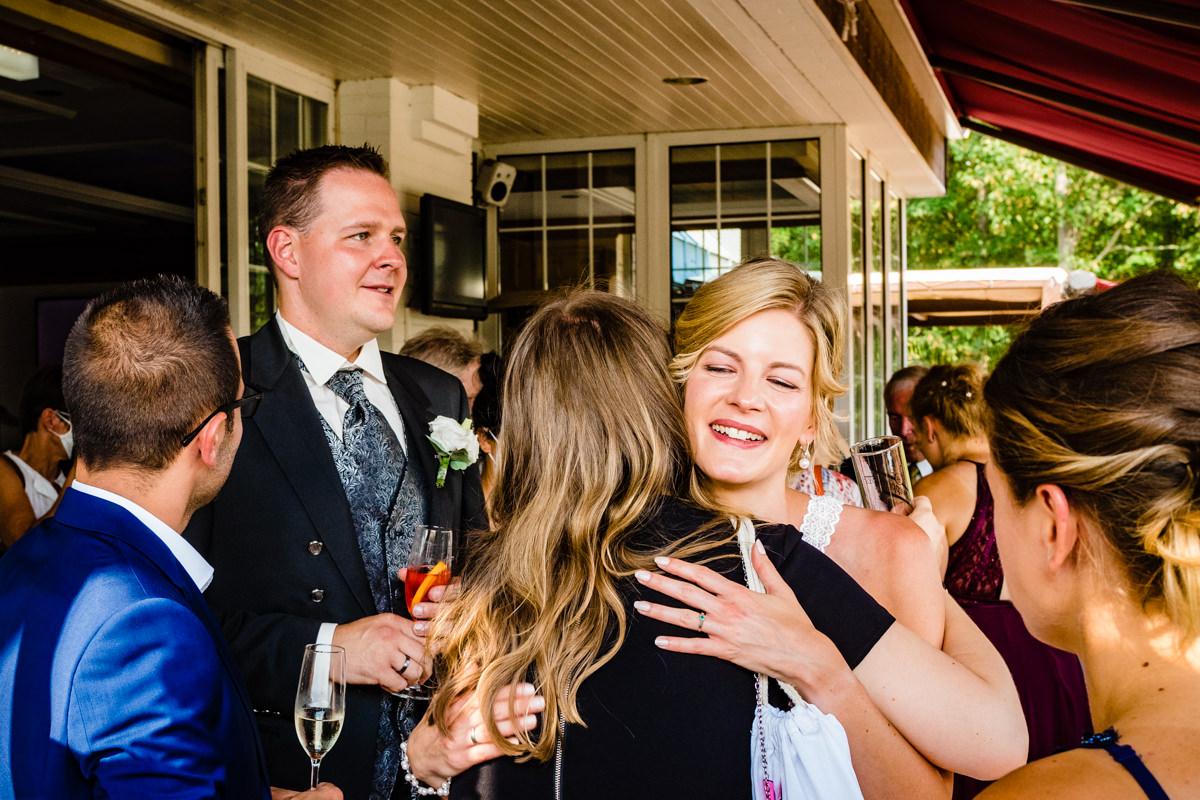 Hochzeitsreportage ohne Kitsch mit Gratulation Hochzeitspaar Deichgraf Duesseldorf mit Hochzeitsfotograf Duesseldorf