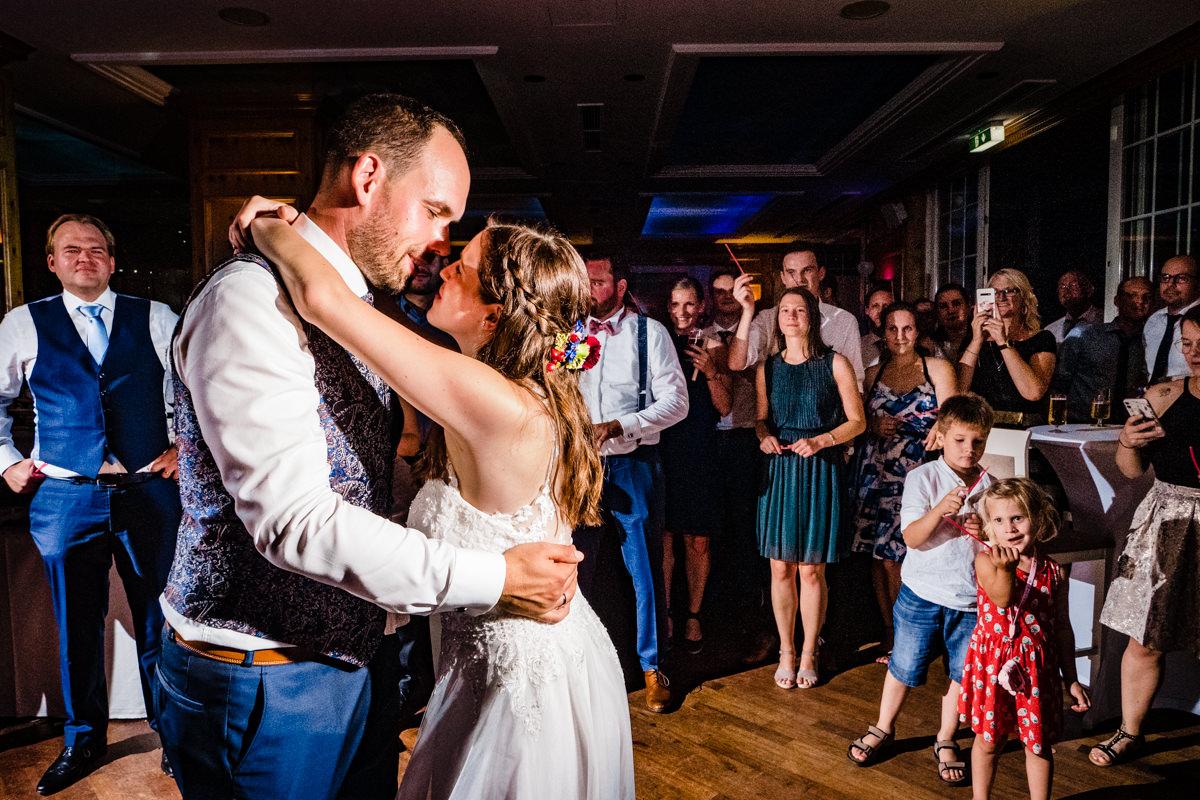Hochzeitstanz Hochzeitsfotos ohne Kitsch Deichgraf Duesseldorf mit bester Hochzeitsfotograf Duesseldorf-2