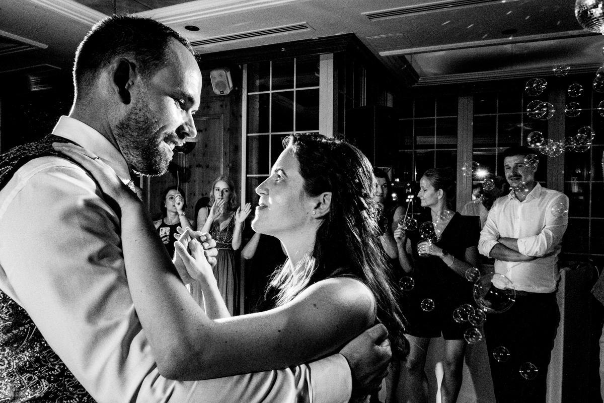 Hochzeitstanz Hochzeitsfotos ohne Kitsch Deichgraf Duesseldorf mit bester Hochzeitsfotograf Duesseldorf