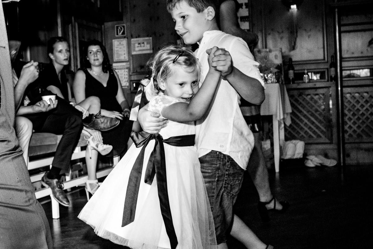 Kinder tanzen bei Hochzeit Deichgraf Duesseldorf mit beste Hochzeitsfotograf Duesseldorf
