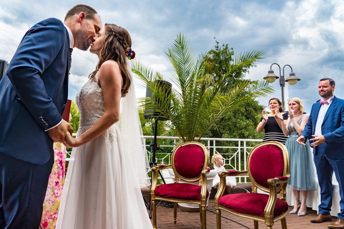 Kuss Brautpaar bei freier Trauung Haus Deichgraf Duesseldorf mit Hochzeitsfotograf Duesseldorf