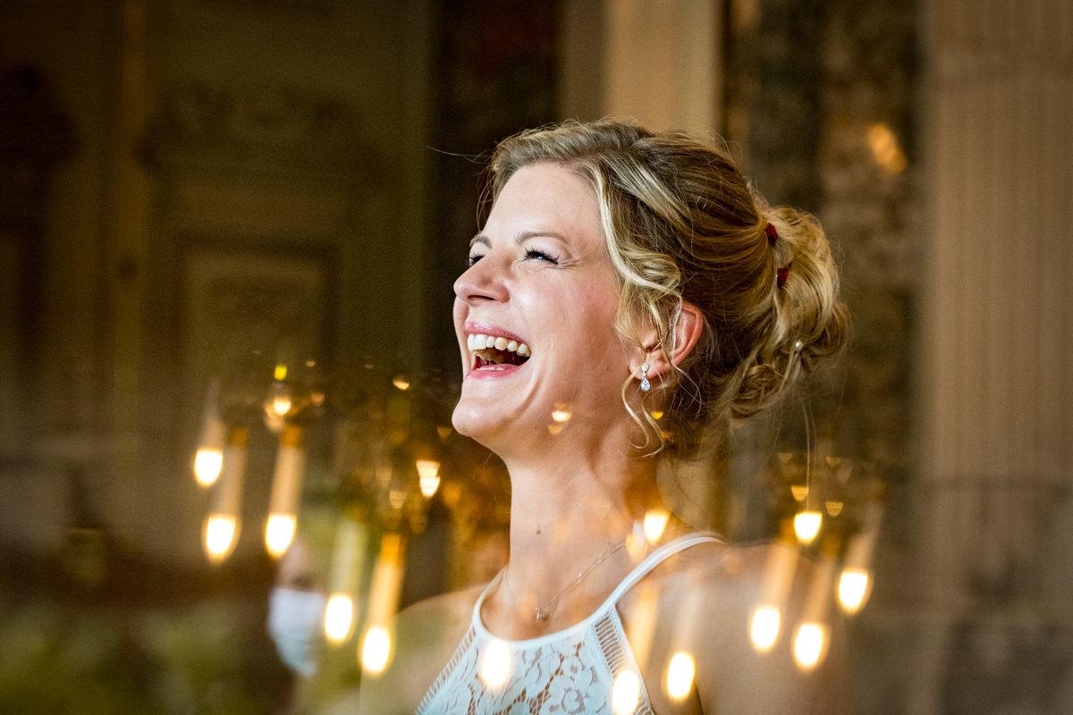 Lachende Braut bei Hochzeit Schloss Benrath