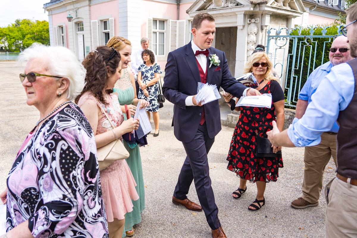 Masken für alle Hochzeitsgaeste auf Schloss Benrath mit Hochzeitsfotograf Duesseldorf