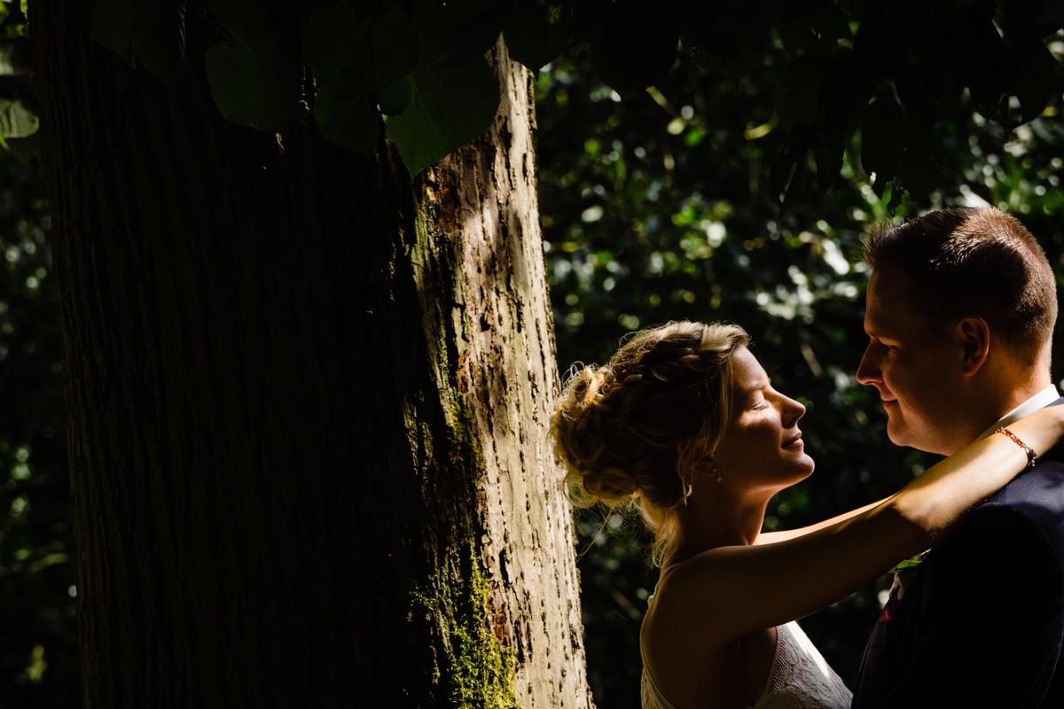 Natuerliche Brautpaarfotos auf Schloss Benrath mit Hochzeitsfotograf Duesseldorf-2