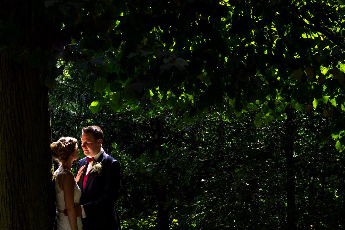 Natuerliche Brautpaarfotos auf Schloss Benrath mit Hochzeitsfotograf Duesseldorf