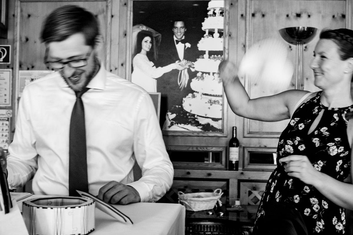 Natuerliche Hochzeitsfotos im Deichgraf Duesseldorf mit Hochzeitsfotograf Duesseldorf
