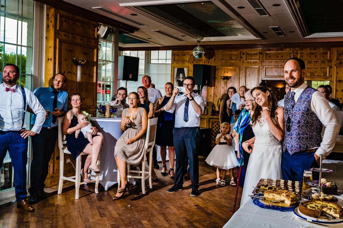 Natuerliche Hochzeitsfotos mit Hochzeitsgesellschaft Duesseldorf Deichgraf Duesseldorf mit beste Hochzeitsfotograf Duesseldorf