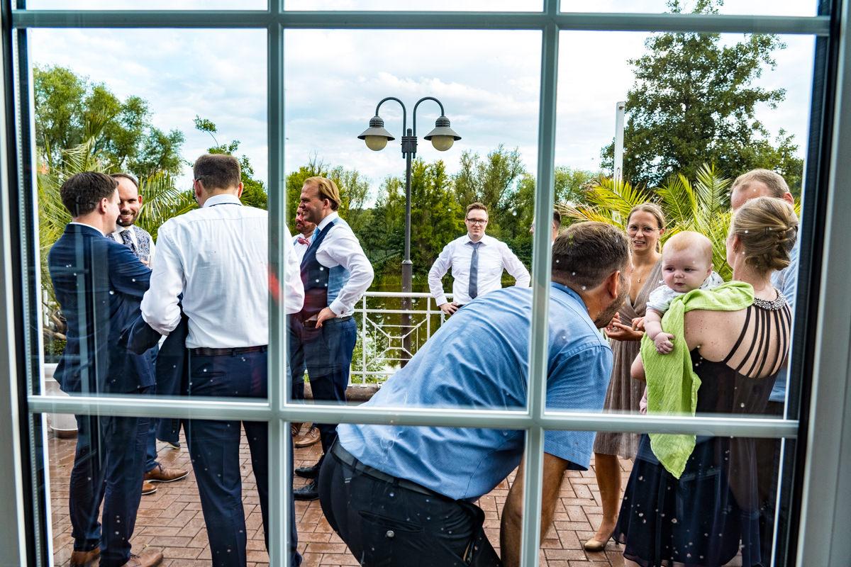 Natuerliche Hochzeitsfotos mit Kindern Deichgraf Duesseldorf mit beste Hochzeitsfotograf Duesseldorf