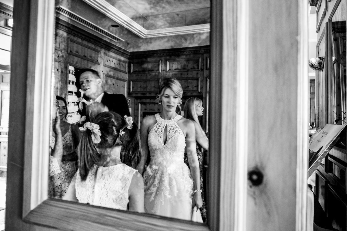 Reportagefotos fuer Hochzeit im Restaurant Deichgraf Duesseldorf mit Hochzeitsfotograf Duesseldorf-3