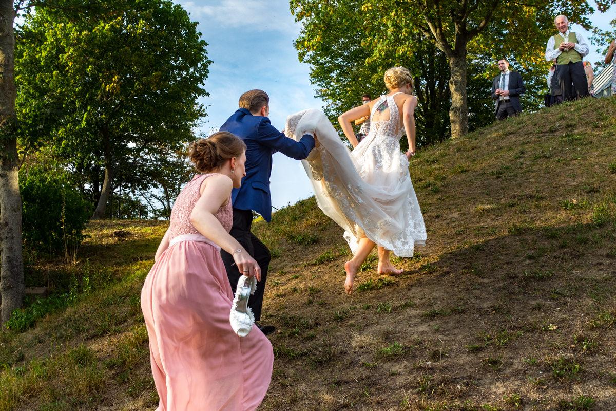 Reportagefotos fuer Hochzeit im Restaurant Deichgraf Duesseldorf mit Hochzeitsfotograf Duesseldorf