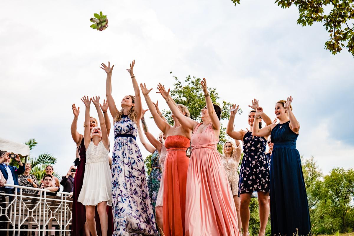 Reportagefotos fuer Hochzeit mit Brautstrausswerfen Duesseldorf mit Hochzeitsfotograf Duesseldorf-2