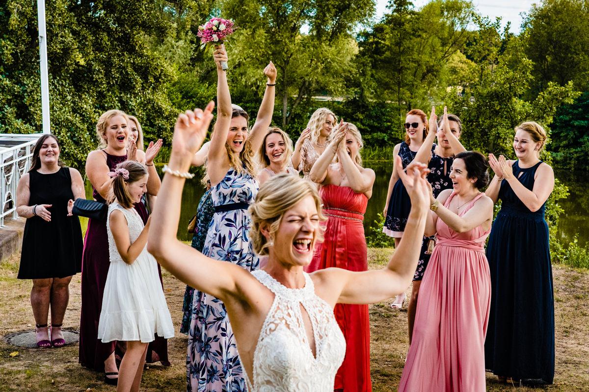 Reportagefotos fuer Hochzeit mit Brautstrausswerfen Duesseldorf mit Hochzeitsfotograf Duesseldorf