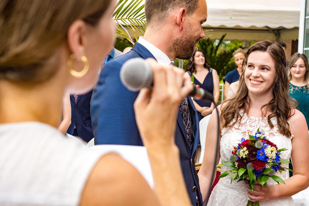 Traurednerin Glueckskehlchen bei freier Trauung Haus Deichgraf Duesseldorf mit Hochzeitsfotograf Duesseldorf