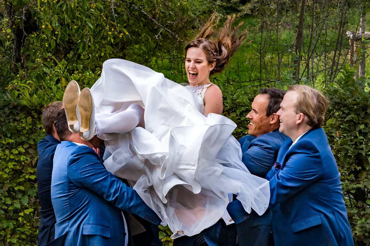 Trauzeugen werfen Braut in die Luft bei Hochzeit Deichgraf Duesseldorf mit beste Hochzeitsfotograf Duesseldorf