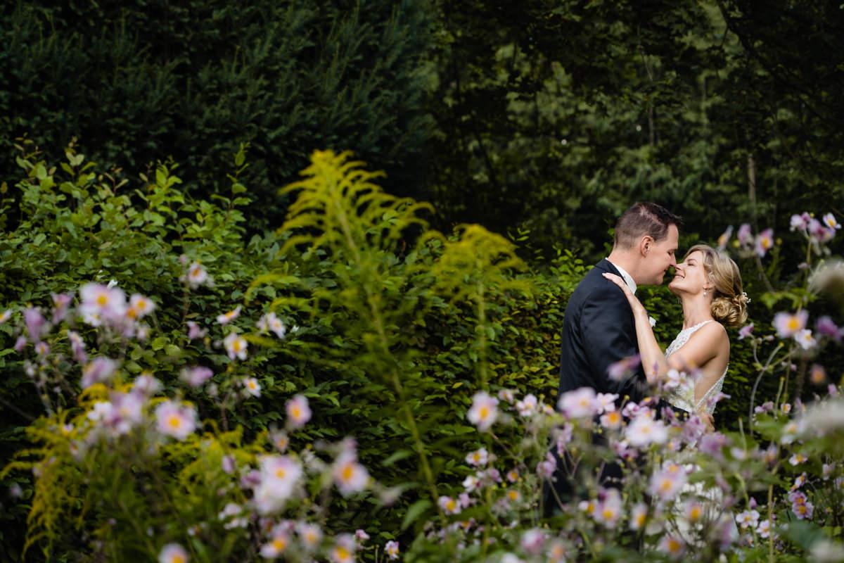 Wunderschoene Brautpaarfotos im Volkspark Duesseldorf mit Hochzeitsfotograf Duesseldorf
