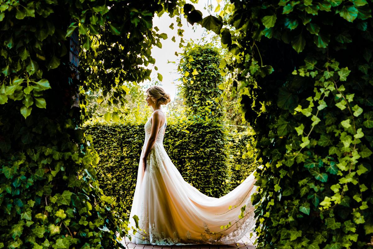 Wunderschoenes Brautkleid Duesseldorf mit Hochzeitsfotograf Duesseldorf