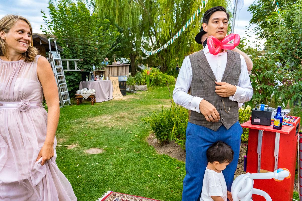 Braeutigam mit Luftballon Kuenstler bei Hochzeit im eigenen Garten mit Hochzeitsfotograf Duesseldorf