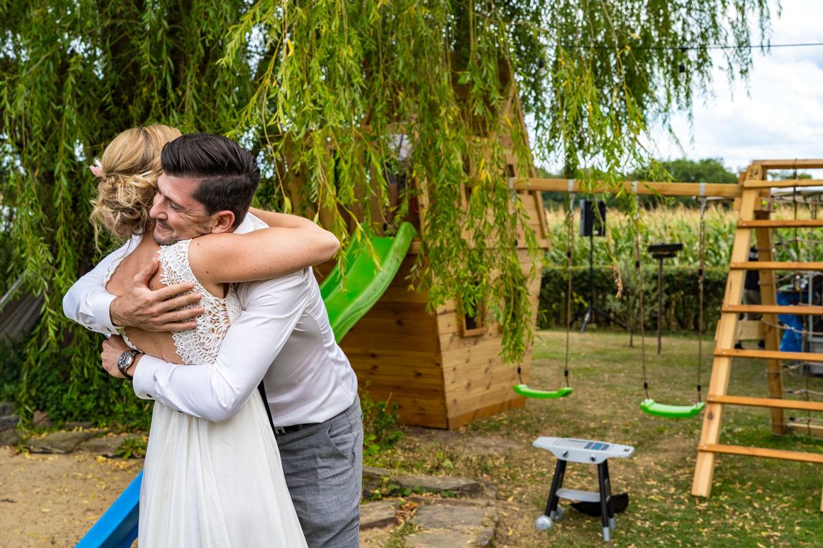 Braut mit Trauzeuge bei Hochzeit im eigenen Garten Bohohochzeit Duesseldorf