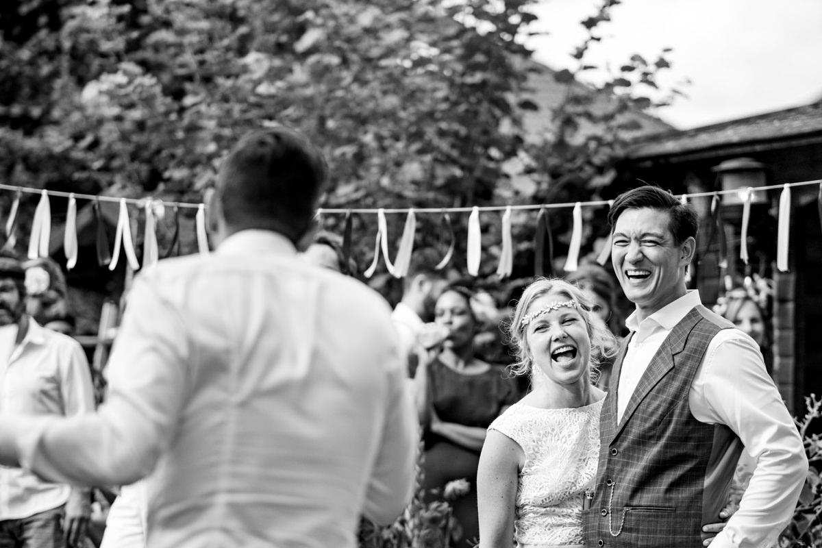 Brautpaar bei Hochzeit im eigenen Garten mit Hochzeitsfotograf Solingen