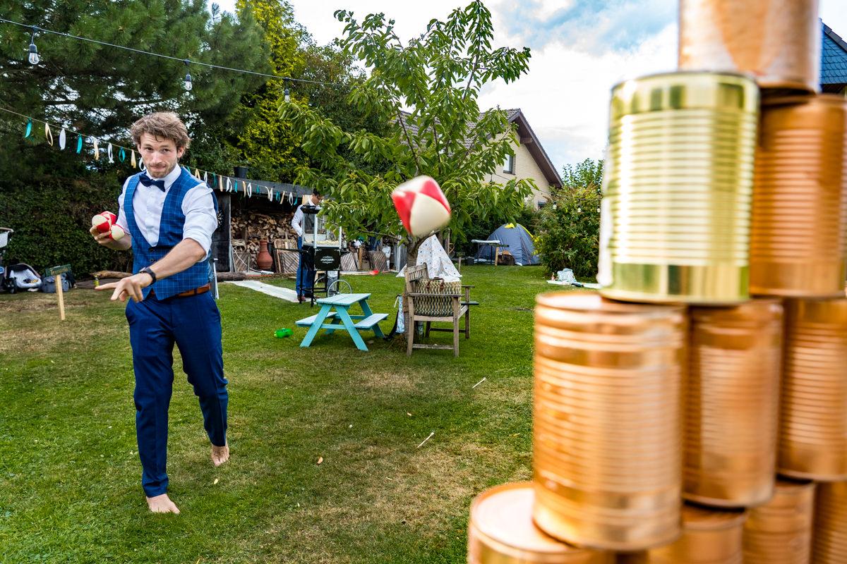 Dosenwerfen bei Vintagehochzeit mit Hochzeitsfotograf Duesseldorf