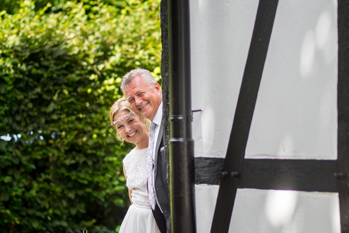 Einzug Braut mit Vater bei Trauung Balkhauser Kotten Solingen mit Hochzeitsfotograf Solingen