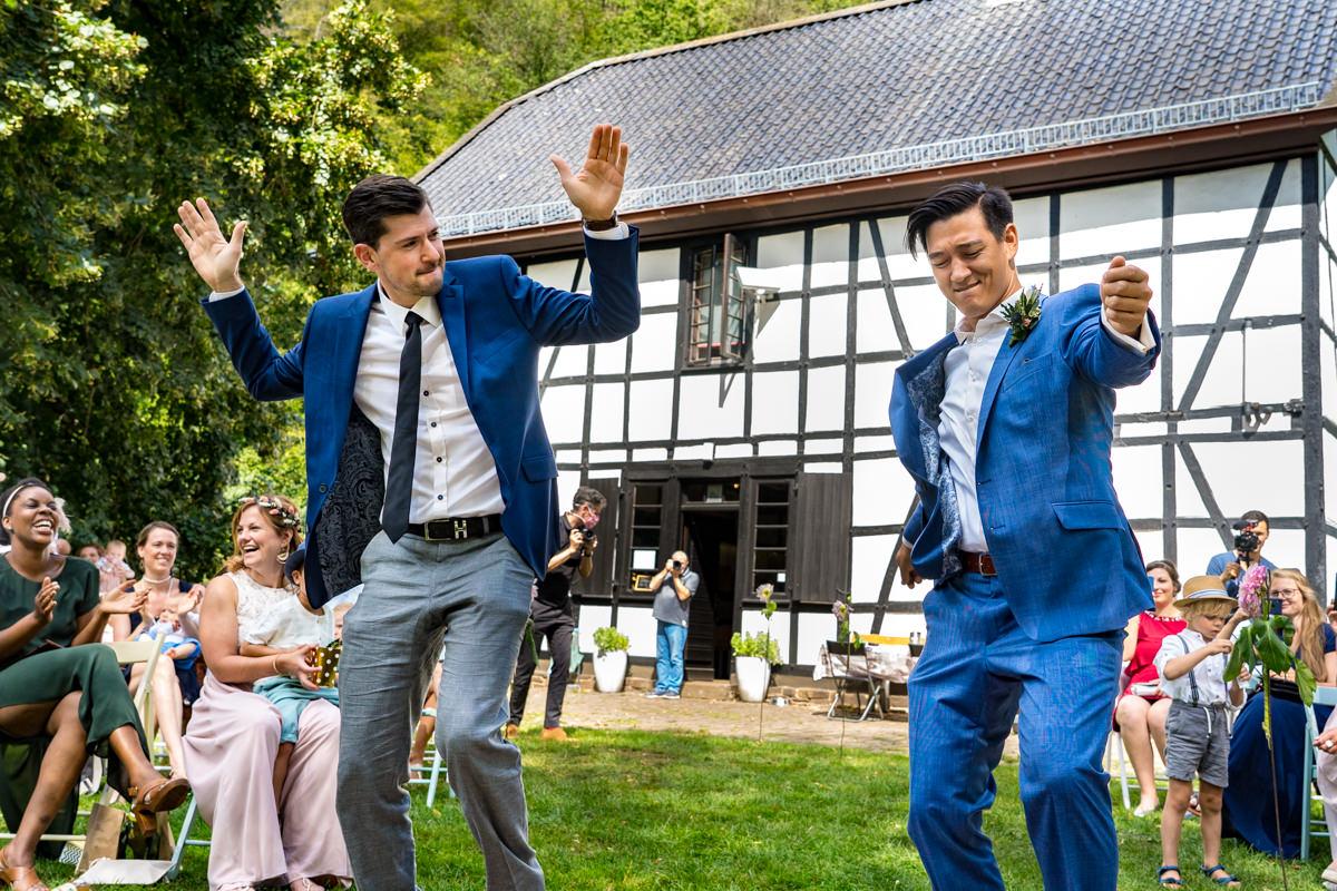 Einzug Hochzeitspaar bei Trauung Balkhauser Kotten Solingen mit Hochzeitsfotograf Solingen-2