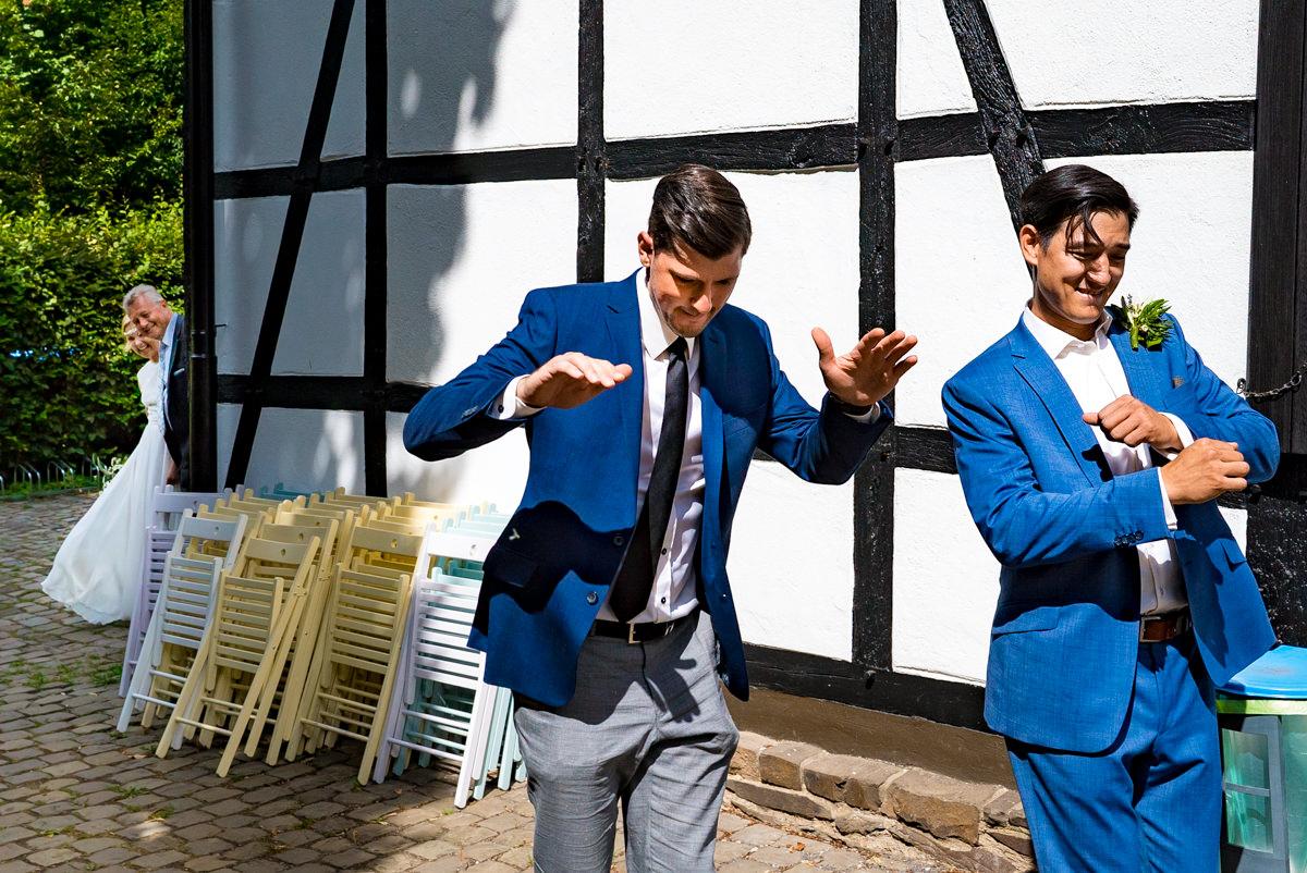 Einzug Hochzeitspaar bei Trauung Balkhauser Kotten Solingen mit Hochzeitsfotograf Solingen