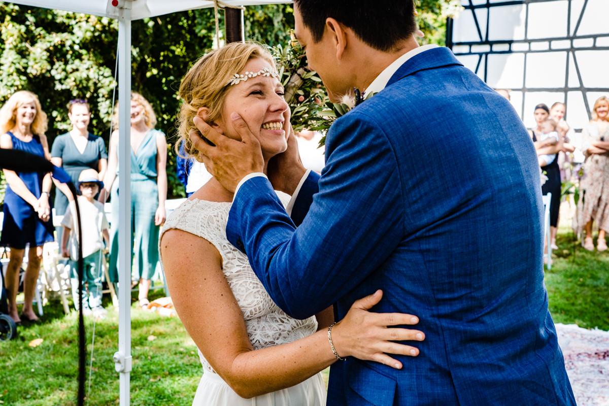 Glueckliche Braut bei freier Trauung Solingen mit Hochzeitsfotograf Solingen