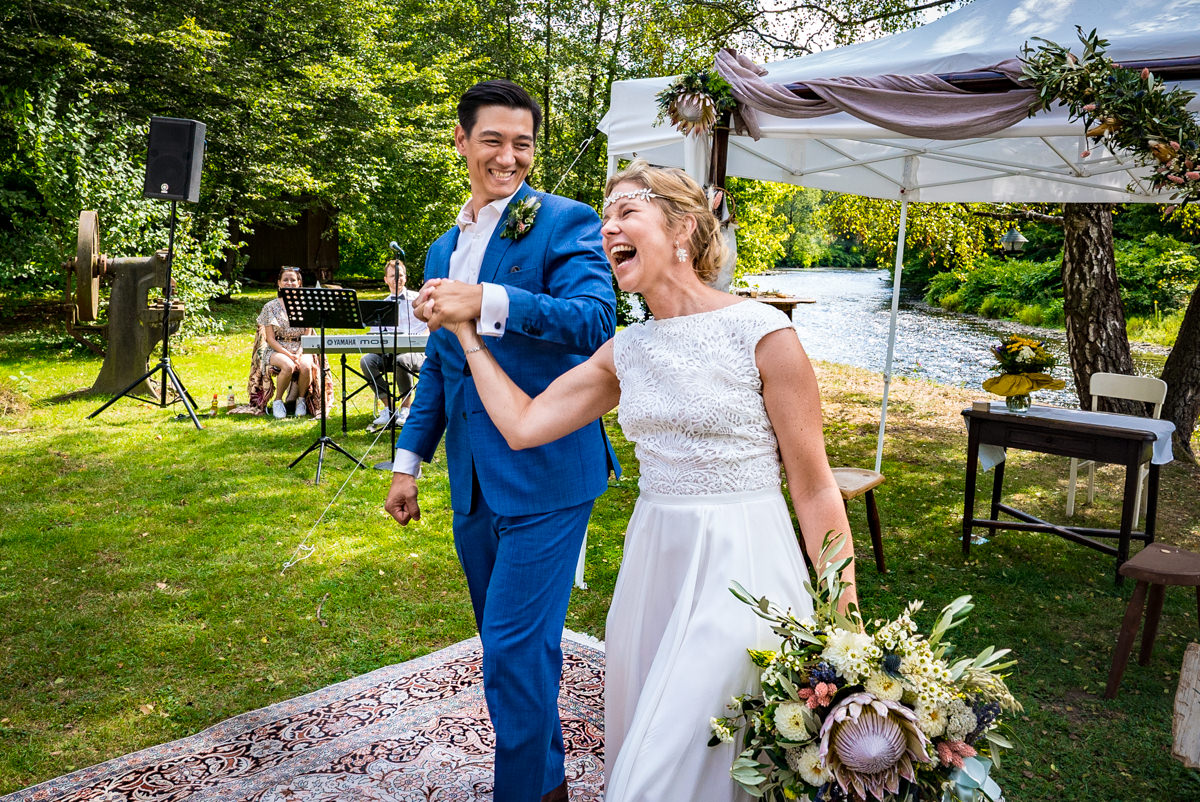 Glueckliches Hochzeitspaar nach Jawort im Balkhauser Kotten mit Hochzeitsfotograf Solingen