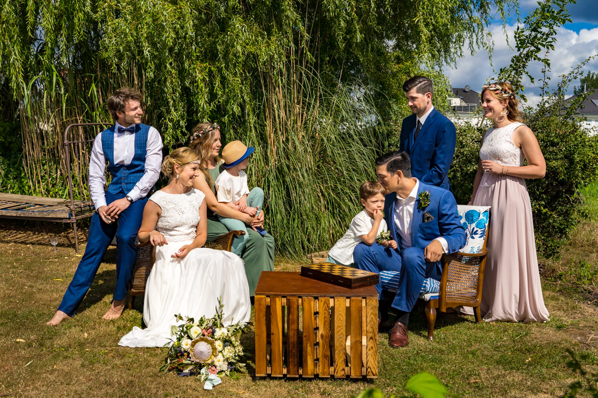 Gruppenfoto Hochzeit im eigenen Garten Moderne Hochzeitsfotos Solingen Duesseldorf Koeln