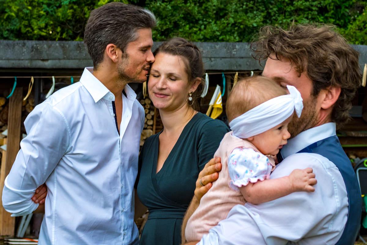 Hochzeitsgaeste mit Baby Solingen mit Hochzeitsfotograf Duesseldorf