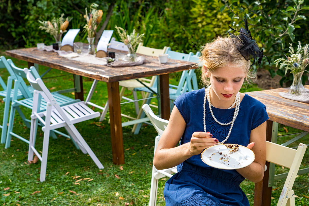 Hochzeitsgast im Vintagelook bei Garten hochzeit Solingen mit Hochzeitsfotograf Solingen
