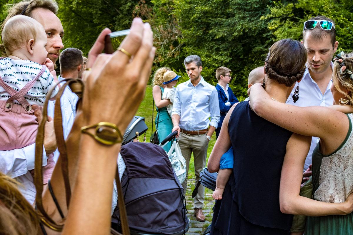 Hochzeitsgesellschaft bei freier Trauung Duesseldorf mit Hochzeitsfotograf Duesseldorf