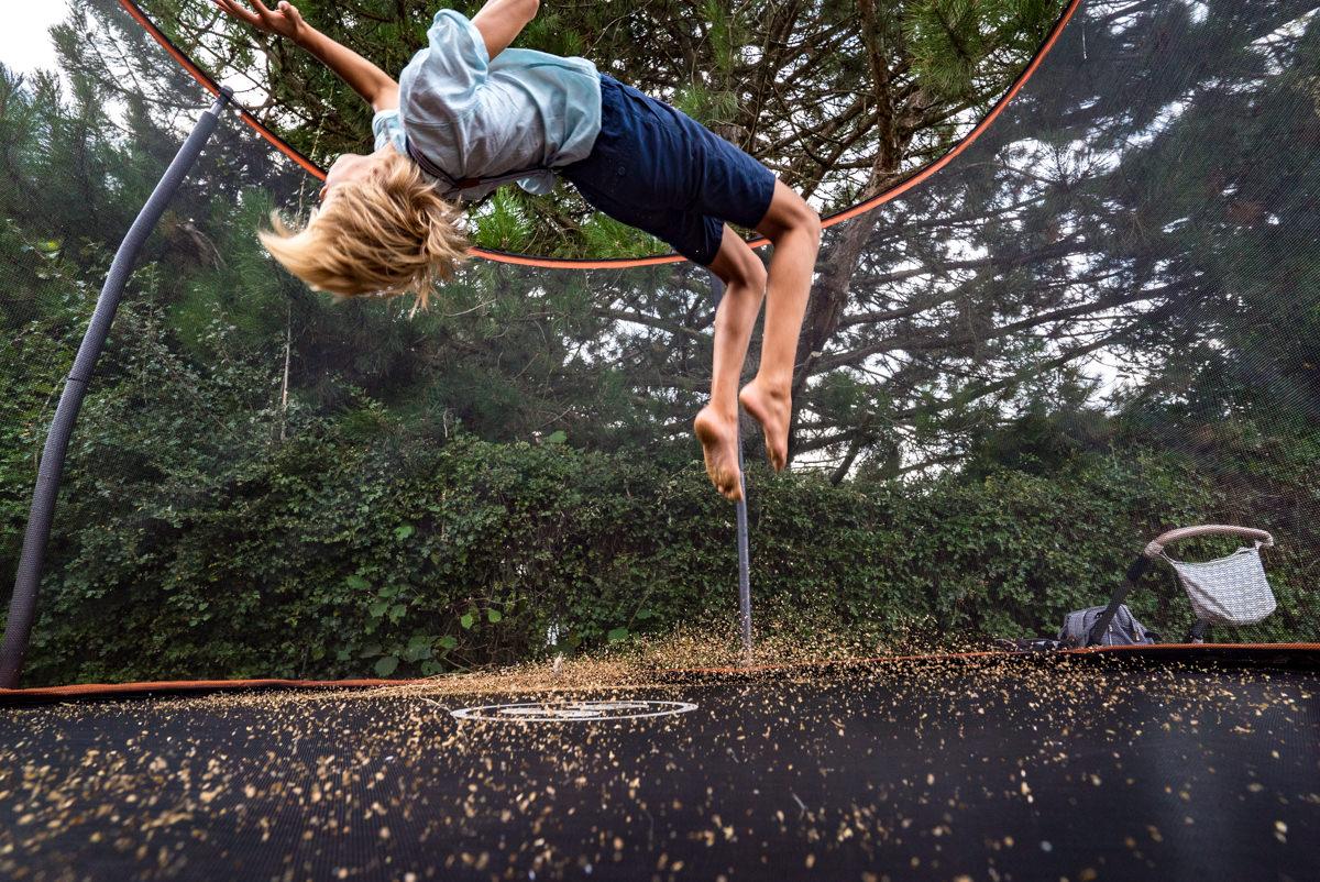 Junge auf Trampolin Familienfotograf Solingen