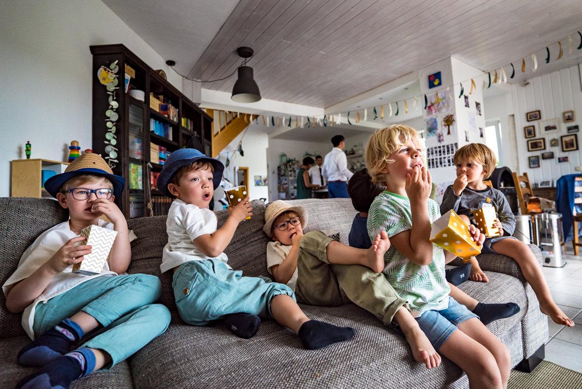 Jungen vor dem Fernsehr mit Popcorn Familienfotograf Solingen