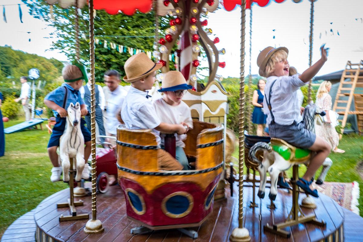 Kinder auf altem Karussell bei Vintagehochzeit Duesseldorf mit Hochzeitsfotograf Duesseldorf